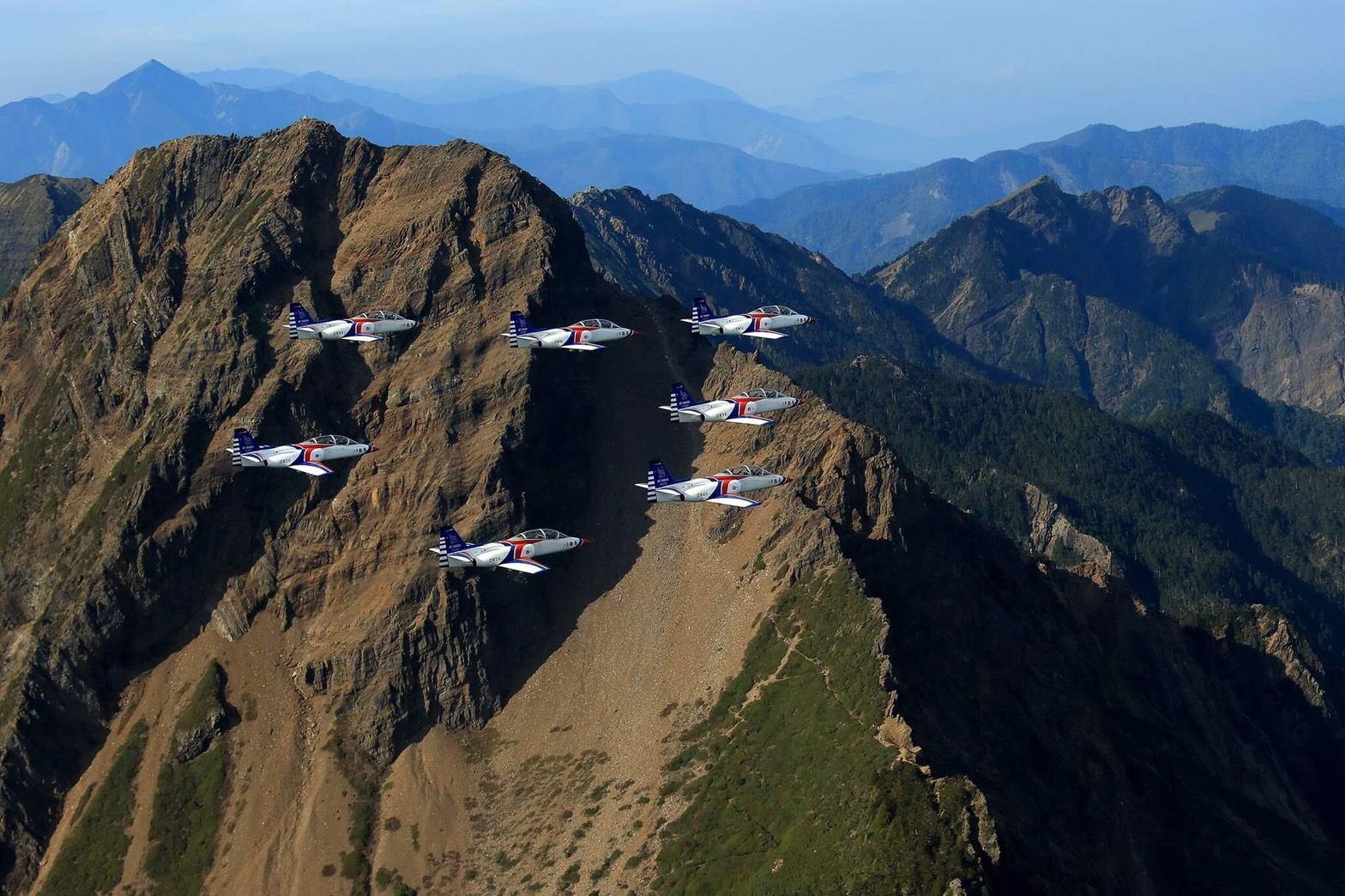 配合訓練時機,以整齊編隊方式飛越玉山上空,搭配臺灣最壯麗的景緻,完美襯托出雷虎翱翔於天際的優雅姿態,將藍天上最美的畫作呈現在國人面前。