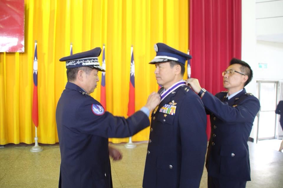 空軍司令張上將由政戰副主任張少將陪同,主持教準部指揮官及第二聯隊聯隊長任職布達、軍職交接暨頒獎典禮。