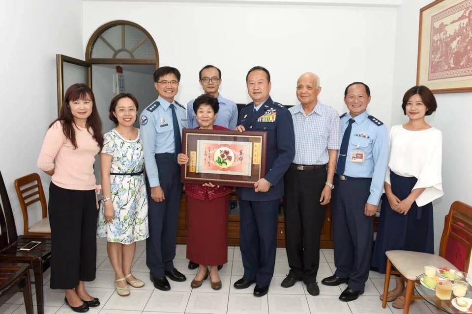 空軍政戰主任王純雄中將代表國防部長嚴德發先生前往當選「國軍107年模範母親」3位國軍模範母親致賀。