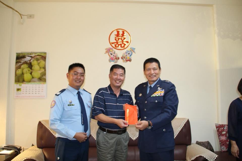 指揮官李中將進一步表示,此次表揚除恭賀宋父榮膺「空軍1 0 7年模範父親」殊榮外,並且肯定平時熱心公益、教育子女有成